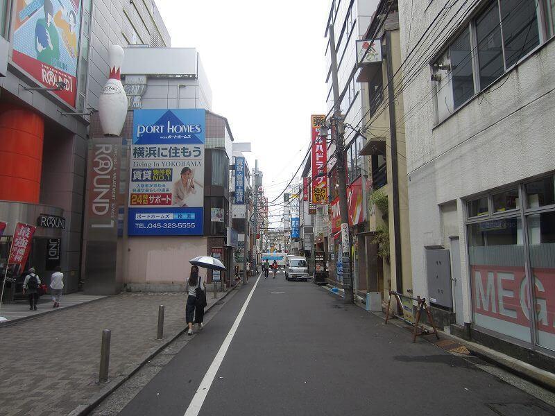 相席屋横浜西口店への道のり。ラウンドワンの前の通りを抜ける。