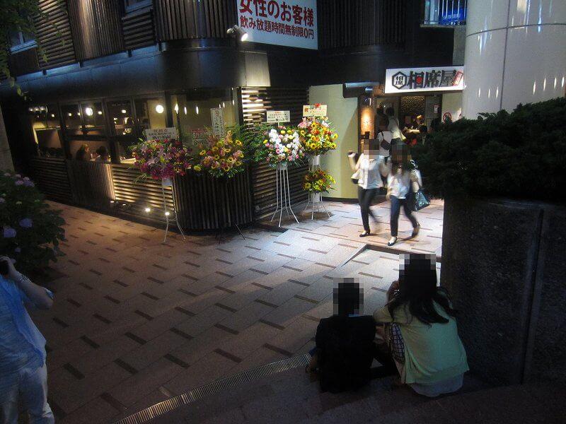 相席屋横浜西口店の前で待つ女性たち