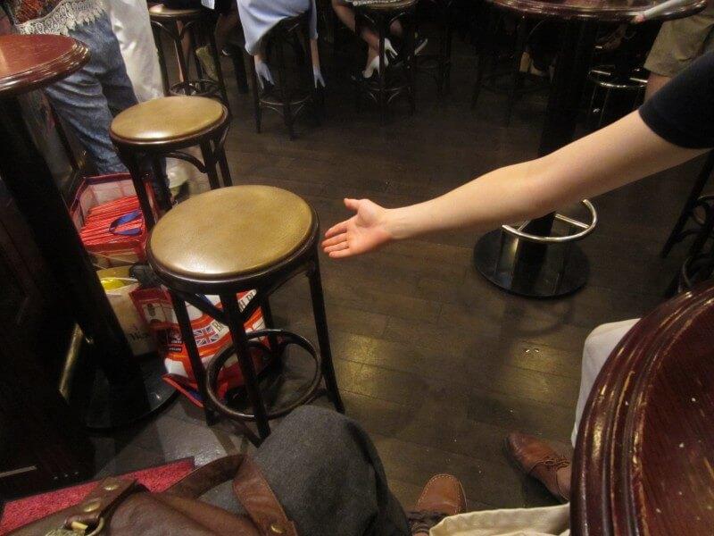 ピカチュウが女の子に椅子をオファーしてナンパする