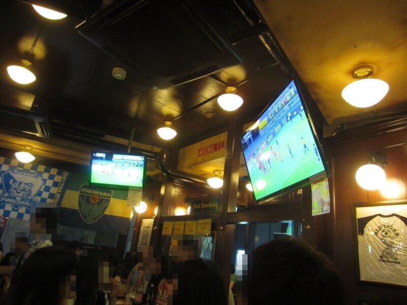 バーではサッカーの試合が放映されていた