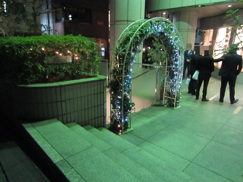 婚活パーティーの会場、東京渋谷にある「bloom」の地下入口