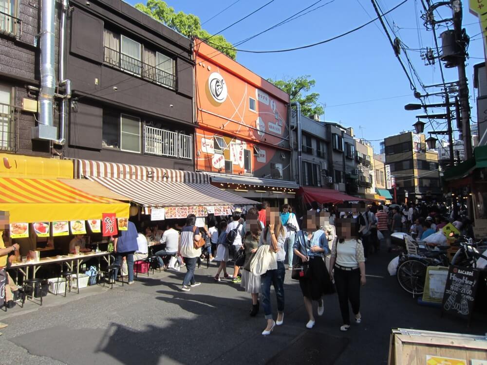 浅草ホッピー通りを歩く人たち