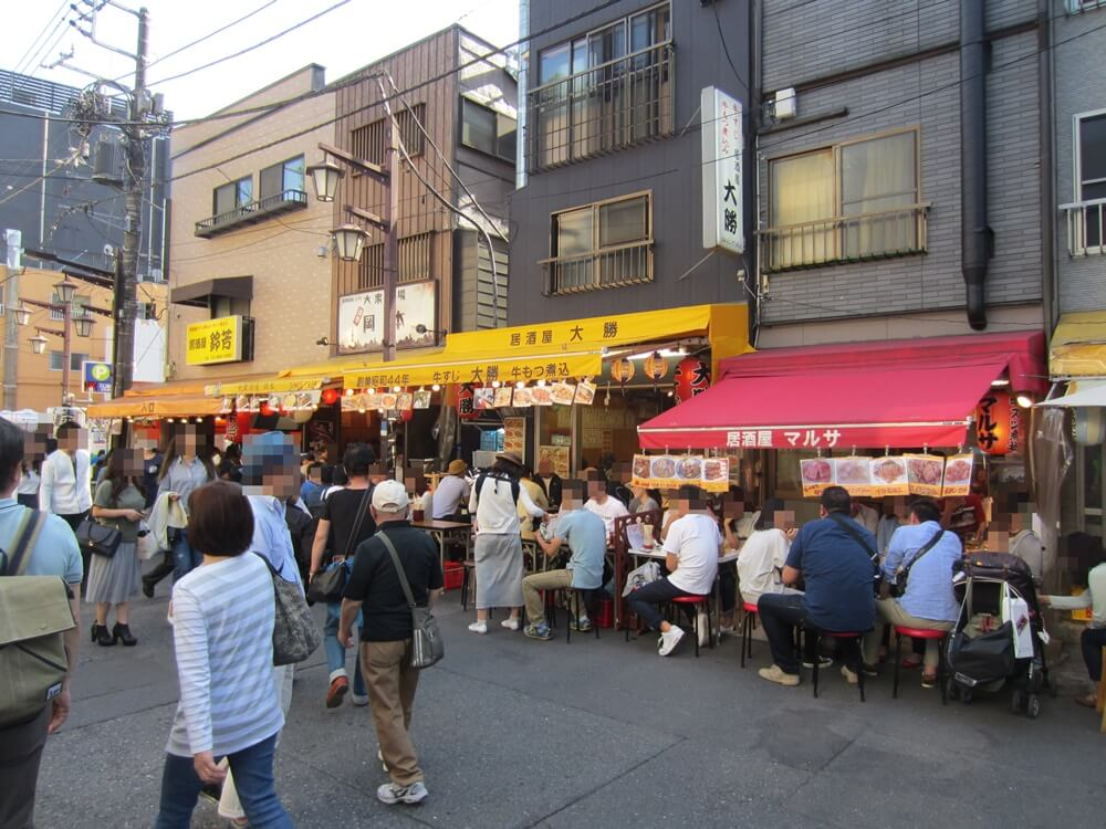 浅草ホッピー通りので飲む人たち