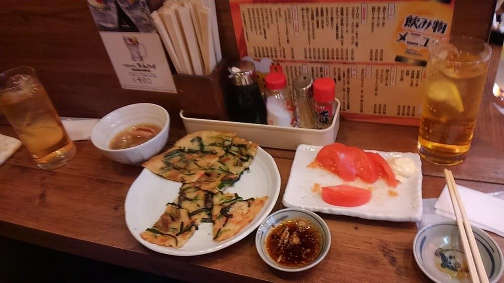 浅草ホッピー通り「岡本」のチヂミとトマト