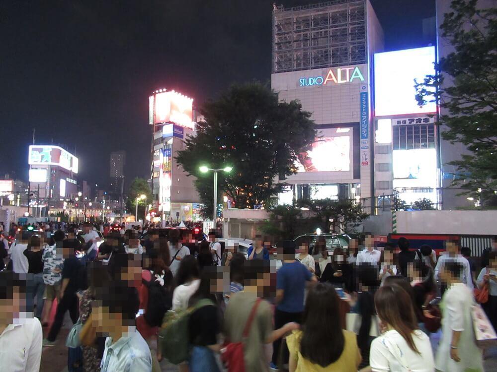 新宿東口を出たところ