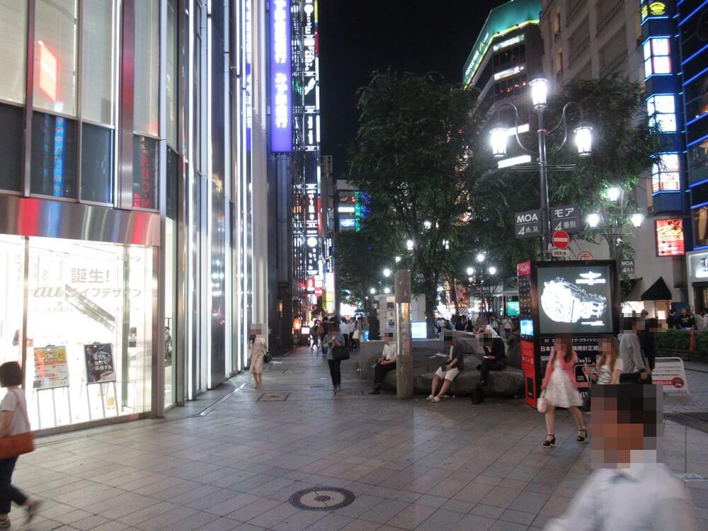新宿の道を抜ける