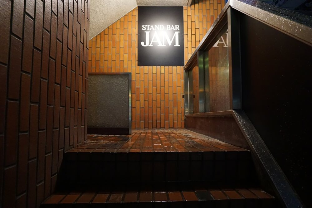 JAMは先ほどご覧いただいたビルの2階