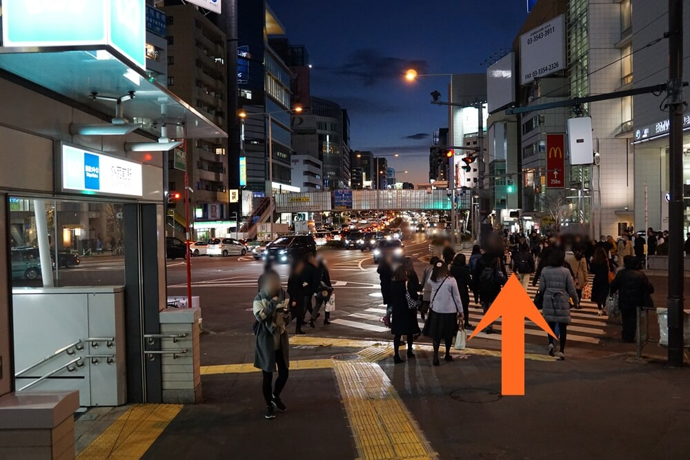 外苑前駅3番出口をでて左にある横断歩道を渡る(矢印の方向)