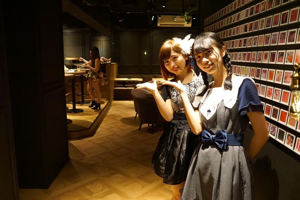 iQに入ると、東京藍小町の清水梨紗さん(手前)と九尾狐の渡邉樹莉さん(奥)が出迎えてくれた。