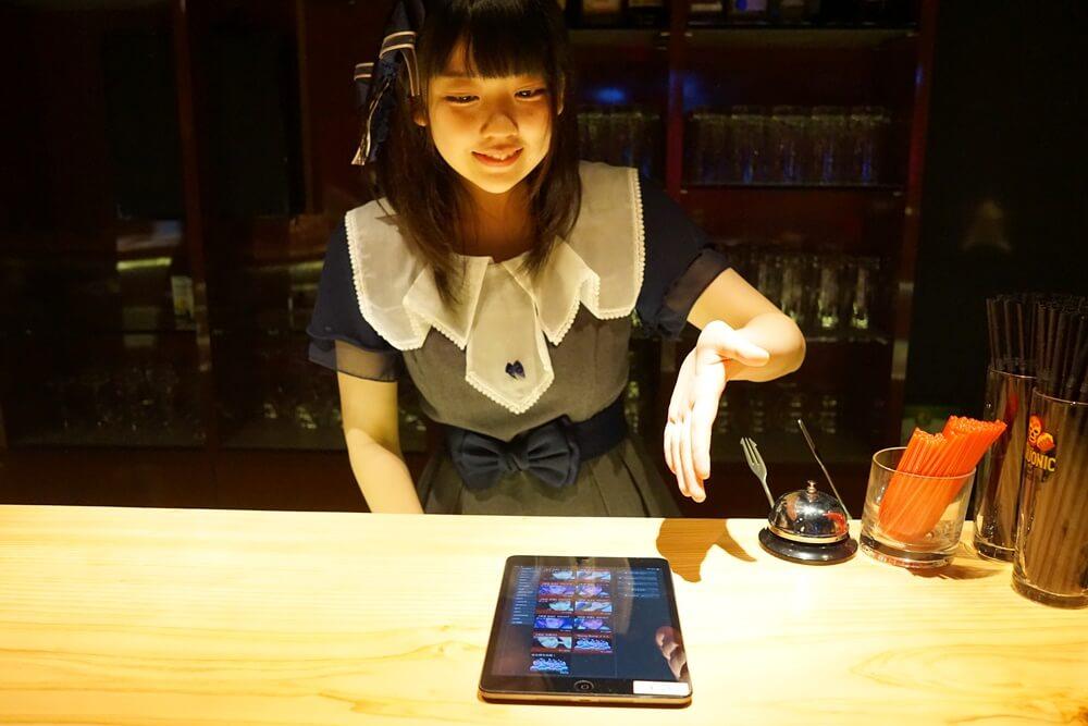 席に着くと、今度は池田杏菜さんが料金やシステム、会員登録などについて説明してくれた。ちなみにこの制服を着ている子たちが東京藍小町。