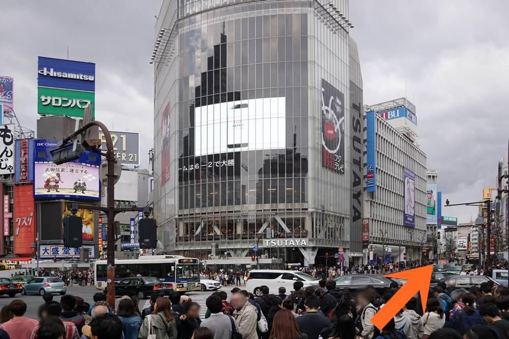 渋谷のスクランブル交差点から、TSUTAYAの右側の通りを行く(井の頭通り)