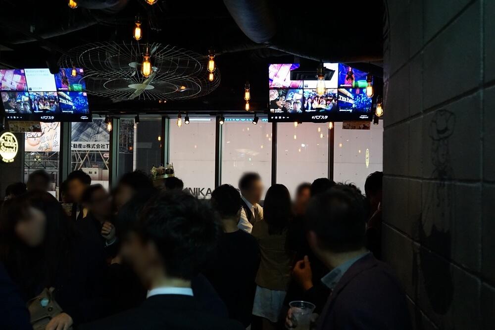 この日はレセプションパーティーなので関係者や会社経営者などもいたが、一般客も招待されていたため基本的には普段のパブスタと変わらない。