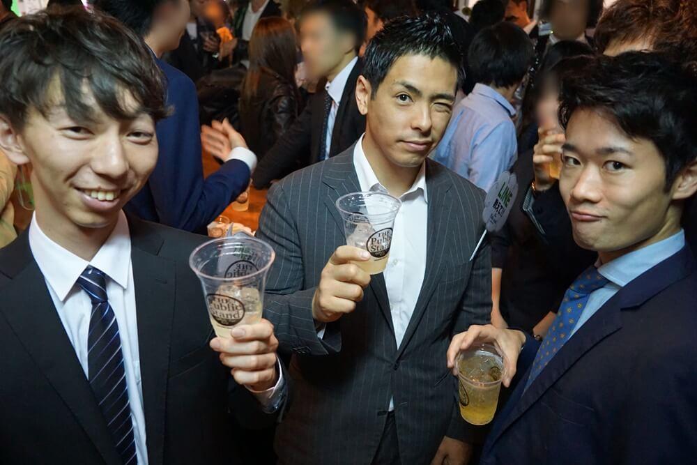 パブスタには来たばっかりで、まだ飲み始めの段階だという三人組!