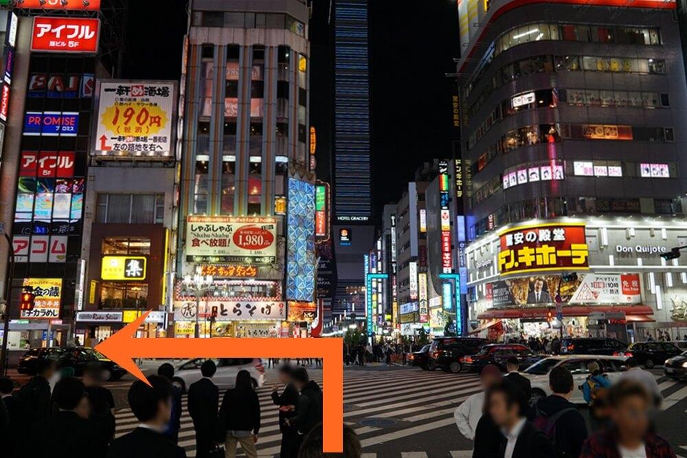 ドンキのある交差点を渡り左へ進む。ちなみにこれを右に行くとパブスタ歌舞伎町1号店がある。