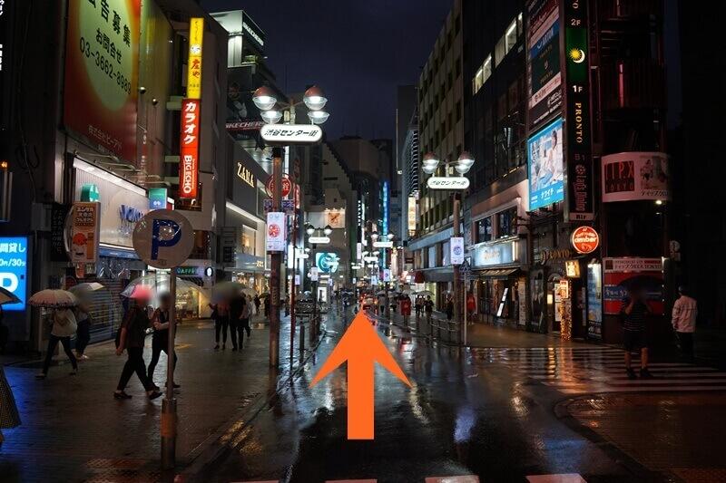 渋谷駅からセンター街を進む。