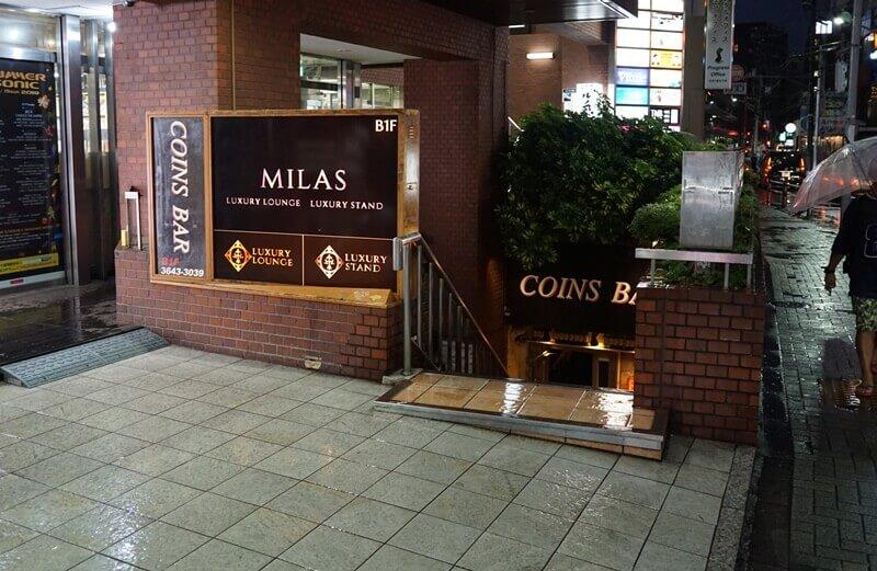 地下1階には「COINS BAR」という店もある