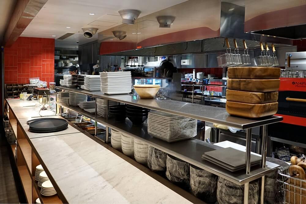 キッチンはオープンキッチン。ピザ窯なども備える。