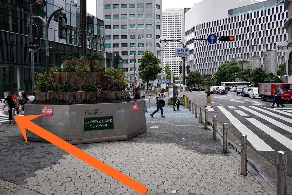 「阪急東」って書いてある。ここを左へ。