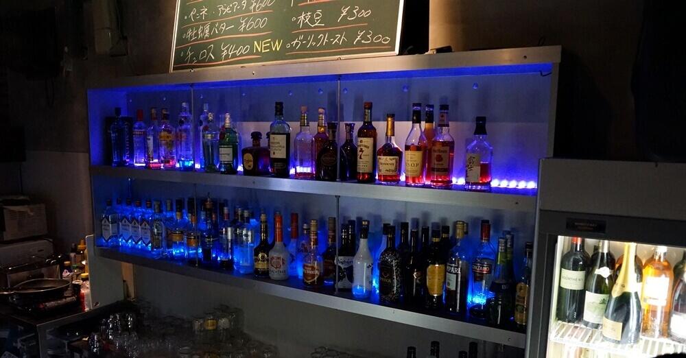 バーカウンターのお酒。上の方のブラックボードにはフードも書かれている。値段はお安い。