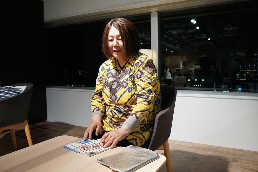 謎の本を取り出す電話占いカリスの菊代先生